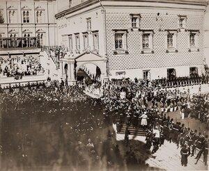 Вдовствующая императрица Мария Федоровна шествует под балдахином в сопровождении свиты от Красного крыльца Грановитой палаты к Успенскому собору в день торжественной коронации;за балдахином императрицы идут парами пр