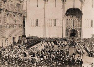 Торжественное шествие их императорских величеств под балдахином в сопровождении свиты от Красного крыльца Грановитой палаты к южным дверям Успенского собора в день коронации.