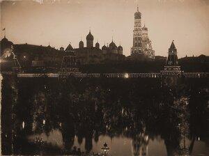 Вид на празднично иллюминированный в честь торжества коронации Кремль со стороны Москвы-реки; слева направо Большой Кремлевский дворец, Благовещенский собор, Тайницкая башня, Архангельский и Успенский собор
