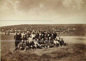 Офицеры и солдаты Лейб-гвардии Преображенского полка на биваке.
