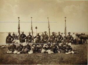 Группа фельдфебелей Лейб-гвардии Преображенского полка со знамёнами на биваке.