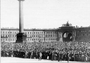 Толпа ликующих монархистов  на Дворцовой площади у Зимнего дворца перед чтением царского манифеста.