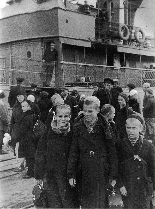Эвакуация. Ленинградцы во время посадки на пароход