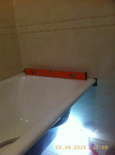 Выравниваем ванну по уровню