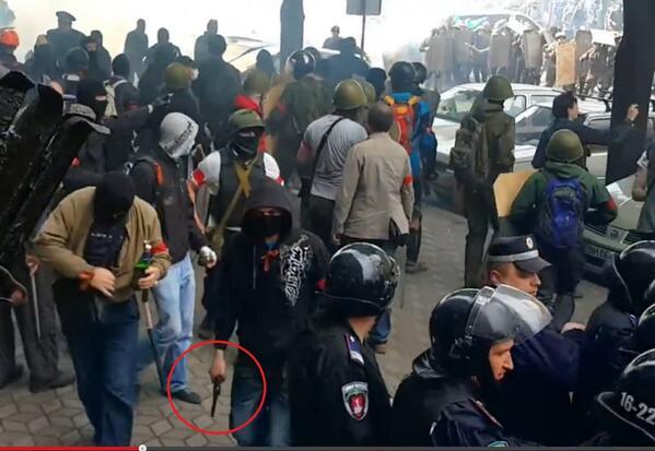 10.Люди с оружием в толпе ходят спокойно рядом с милицией.jpg