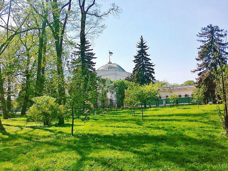 Газон Мариинского парка перед Верховной Радой