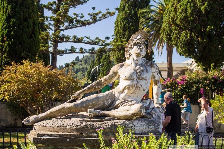 Статуя Умирающий Ахиллес во дворе Ахиллеон (Корфу)
