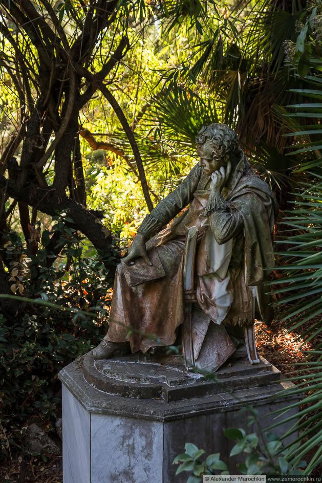 Скульптурное изображение сидящего мужчины (дворец Ахиллеон, Корфу)