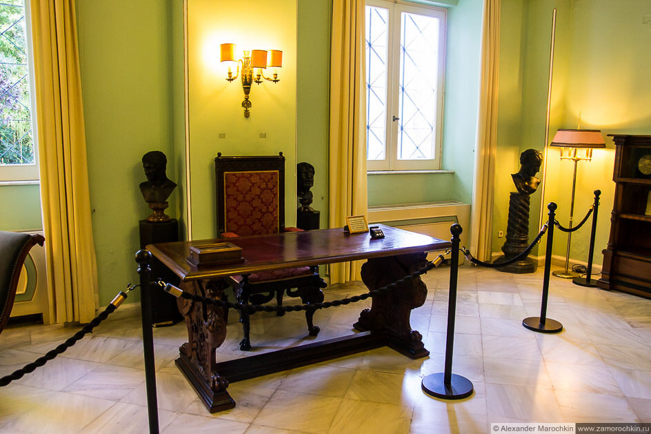 Письменный стол в одной из комнат дворца Ахиллеон