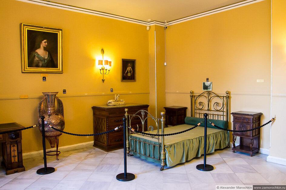 Кровать в одной из комнат дворца Ахиллеон