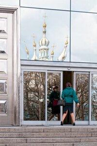 О странных позах (дверь, отражение, Смольный собор, хохма, человек)