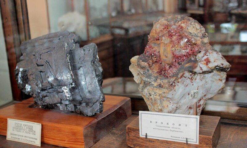 Сросток кристаллов галенита с формами неравномерного развития на гранях и рёбрах куба; крокоит
