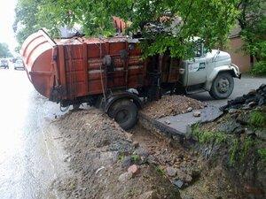 В центре Владивостока мусоровоз застрял в траншее