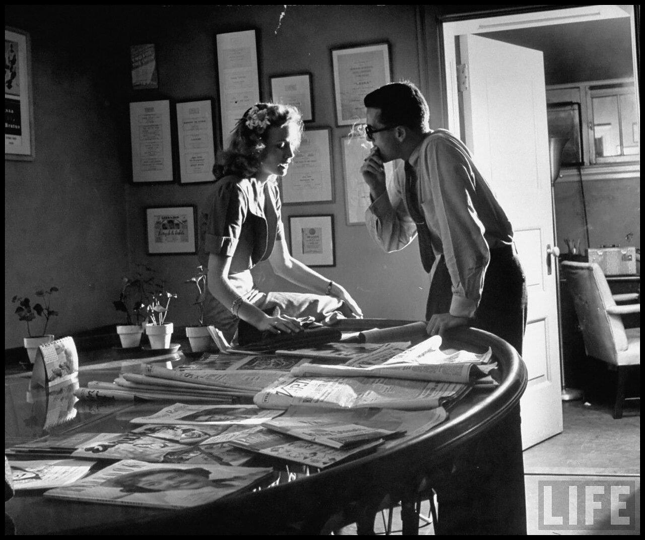 1949. Ева Мари Сент  беседует с ее агентом Чарли Бейкером