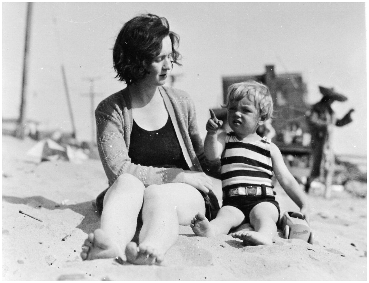 Мэрилин Монро с матерью