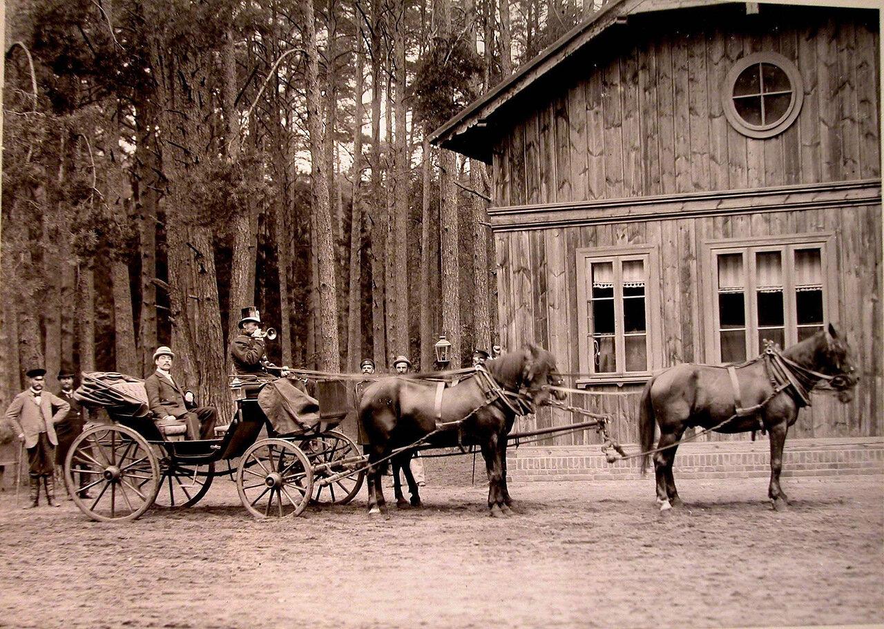 17. Карета,запряжённая четвёркой лошадей,у одного из охотничьих домиков