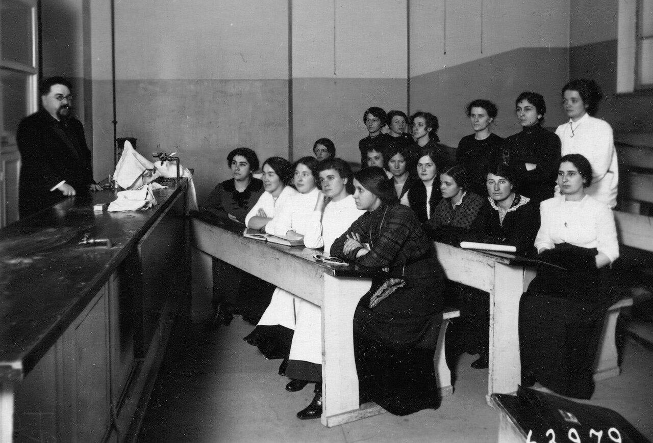 Волков М. М. - профессор, заведующий кафедрой факультетской терапии читает лекцию слушательницам женского медицинского института