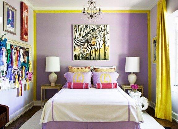 Интересный дизайн спальни в сиренево-желтых тонах.