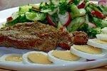 Свиной шницель с овощным салатом