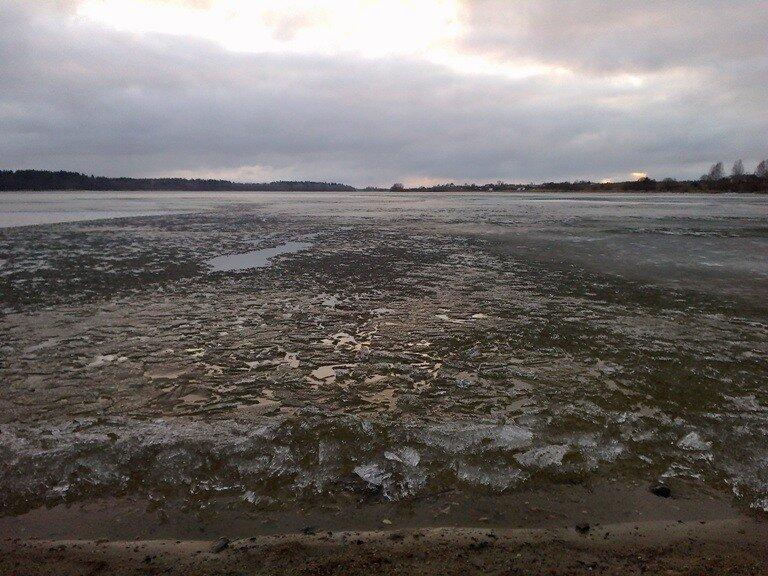 Всенний лед на Бородаевском озере (Ферапонтово)