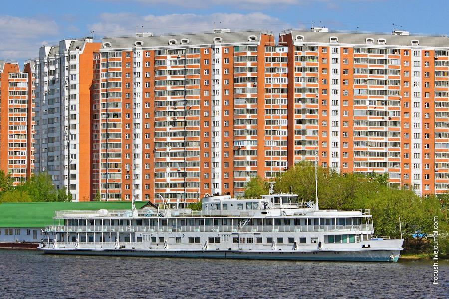 9 мая 2011 года. Дизель-электроход «Коломенский штандарт» в акватории Южного речного порта Москвы