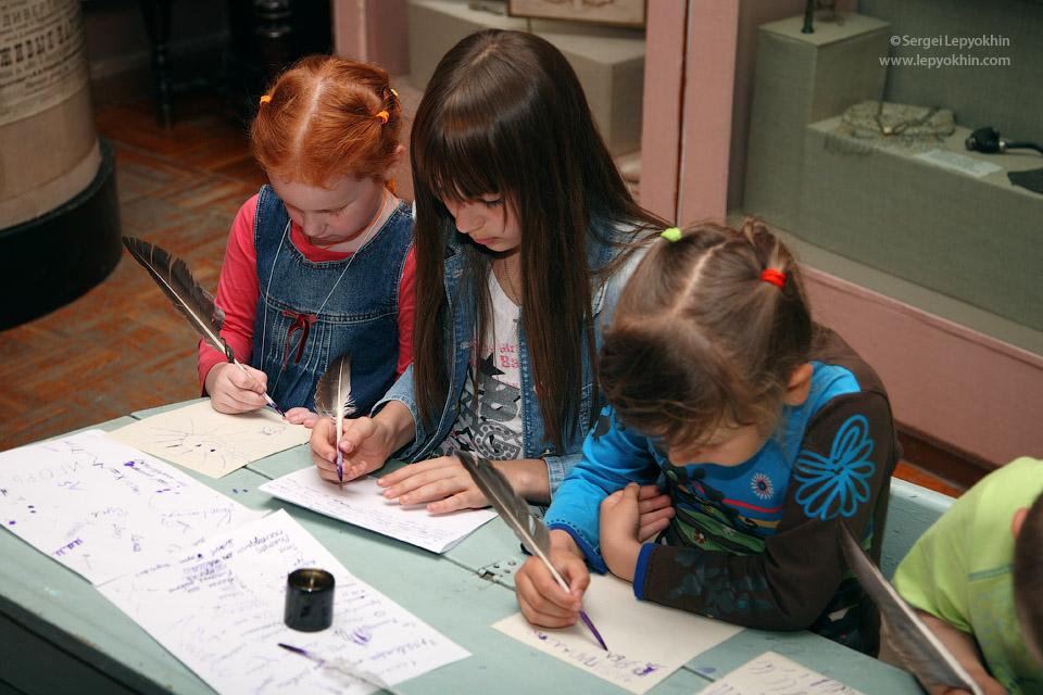 В соседнем зале проходил урок чистописания гусиными перьями. Акция «Ночь в музее» в Волгоградском областном краеведческом музее.