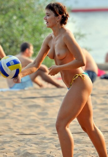 Пляжный волейбол ню