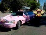 Лимузин Линкольн таун кар. розовый. 2003 года выпуска.