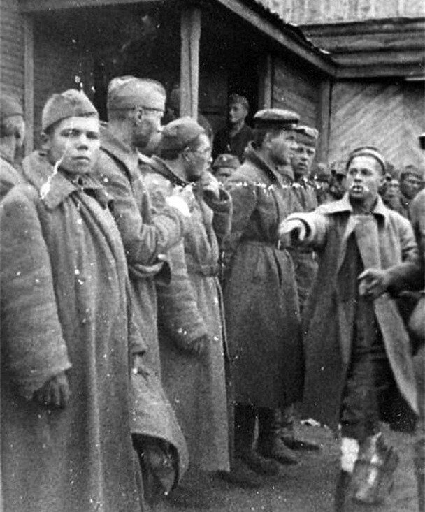 Немцам комиссаров и коммунистов
