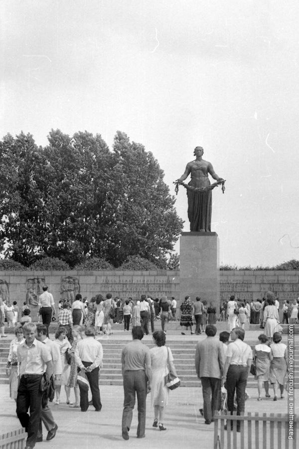 Пискаревское мемориальное кладбище. Монумент Родина-Мать 1985 год