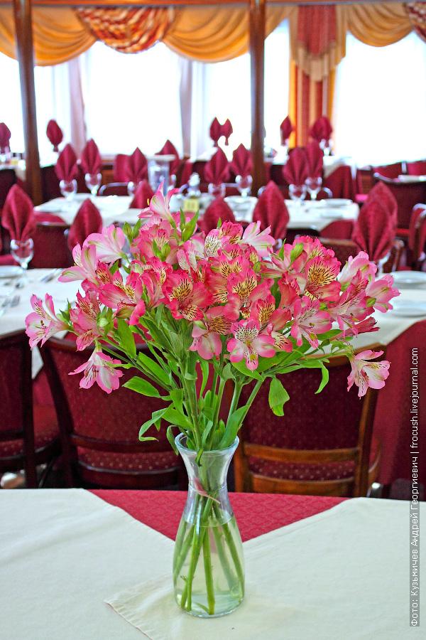 Панорамный ресторан на 60 человек в носовой части шлюпочной палубы теплохода «Н.А.Некрасов»