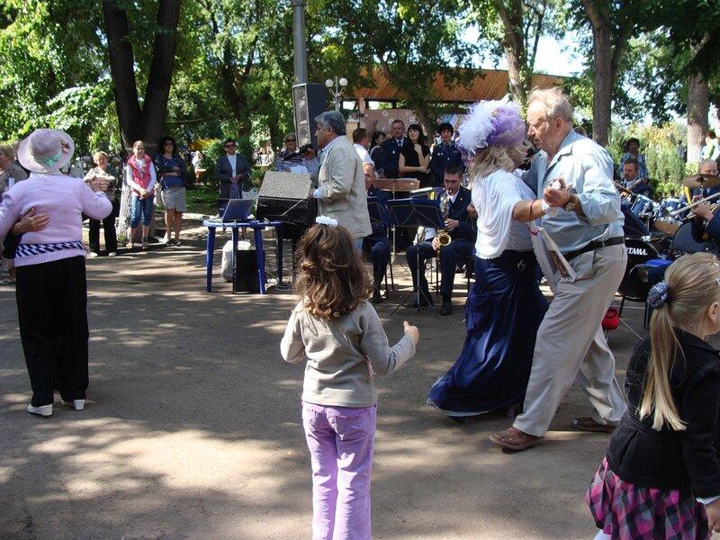 В городском саду играет духовой оркестр.