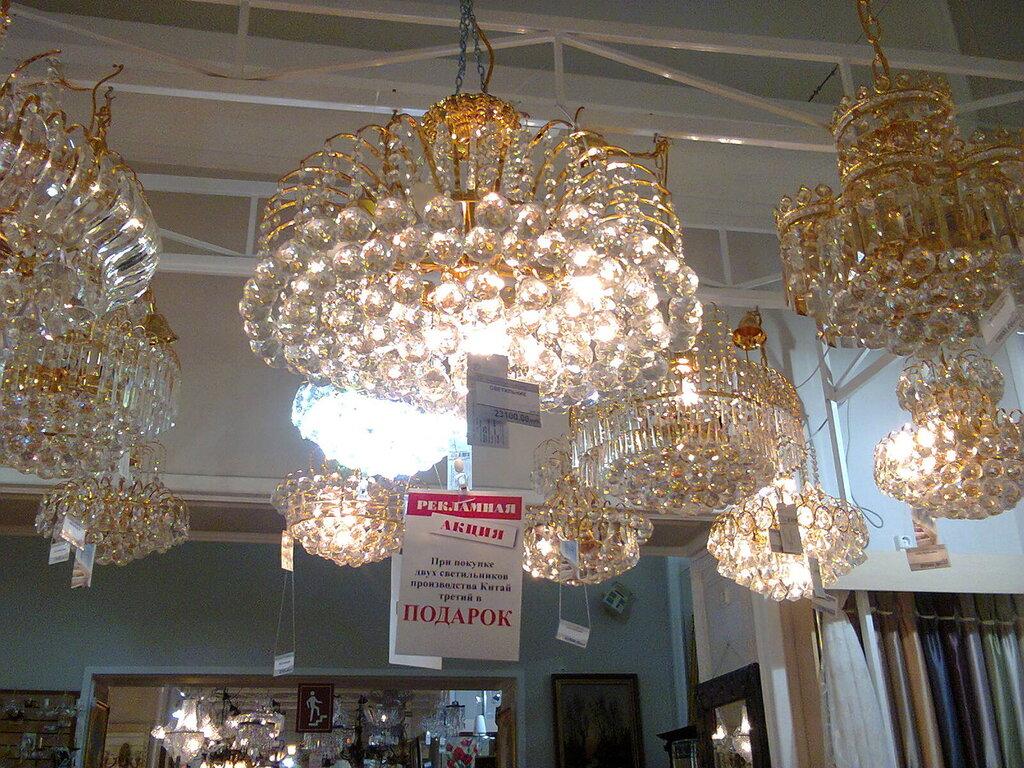 Современные хрустальные люстры, вывешенные на обозрение потенциальных покупателей в универмаге«Большой Гостиный Двор» (Центральный район Санкт-Петербурга), июнь 2014 года.