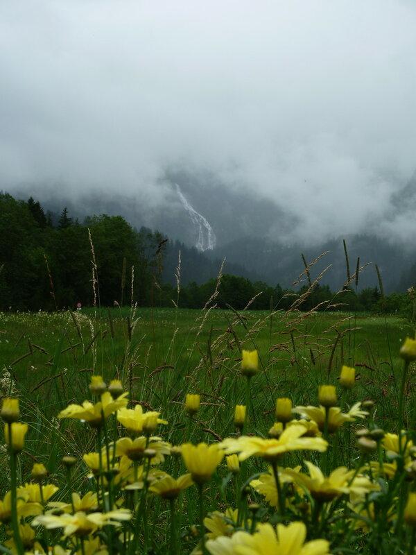Вдали виднеется водопад Гельтеншусс