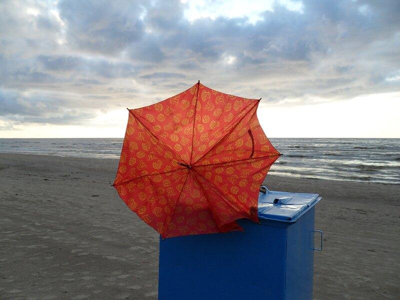 rudni-elena Сломанный зонт берег краски латвия лето море отдых.