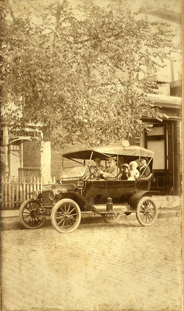 Семья в Ford Model T