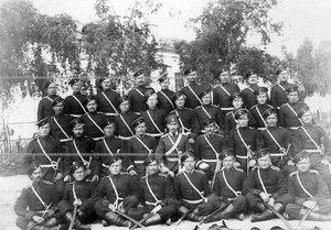 Группа казаков и офицеров 2-ой Оренбургской сотни полка .