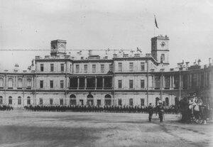 Личный состав полка на плацу перед  Гатчинским дворцом во время парада.