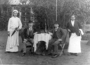 Члены яхт-клуба в саду