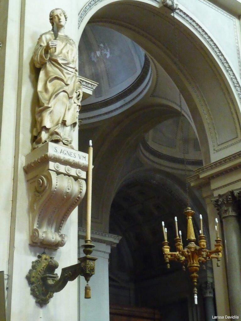 Статуя святой.