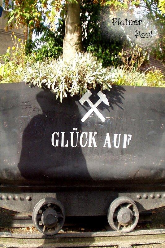 """а это в бывшем шахтерском городе Унна (Германия) теперь вагонетки используют как клумбы, надпись переводится как """"счастливо вернутся наверх"""". сентябрь 2004 г."""
