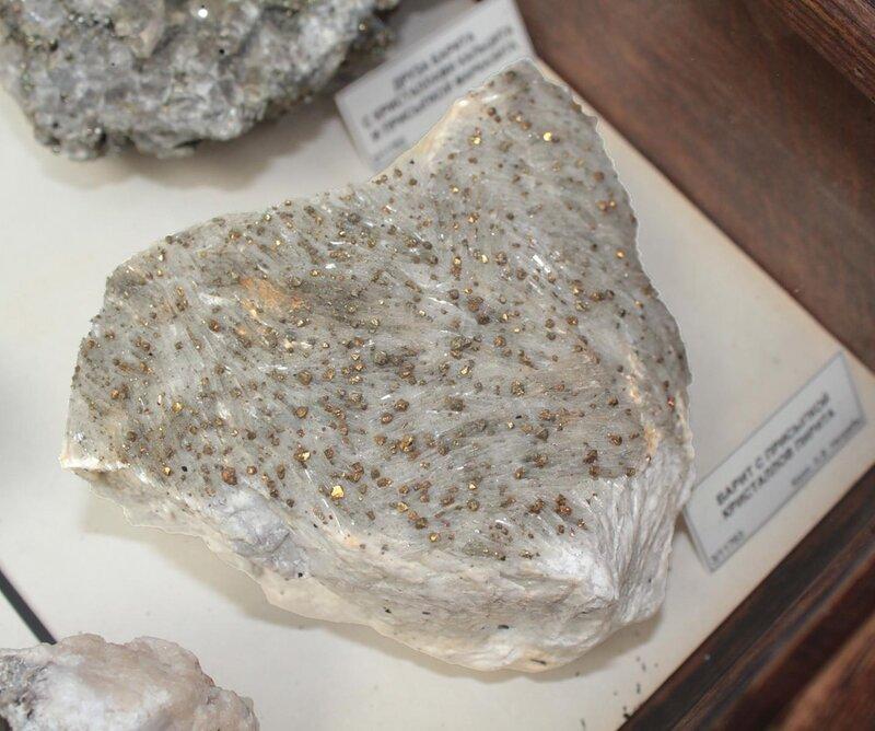 Барит с присыпкой кристаллов пирита