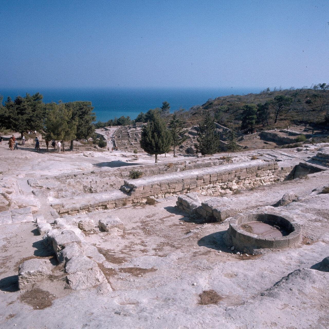 Камирос. Позднее водоснабжение было нарушено из-за землетрясения 226 г. до н. э. Была создана другая система водоснабжения, основанная на подземных колодцах. Над старым резервуаром построили длинную крытую колоннаду дорического ордера