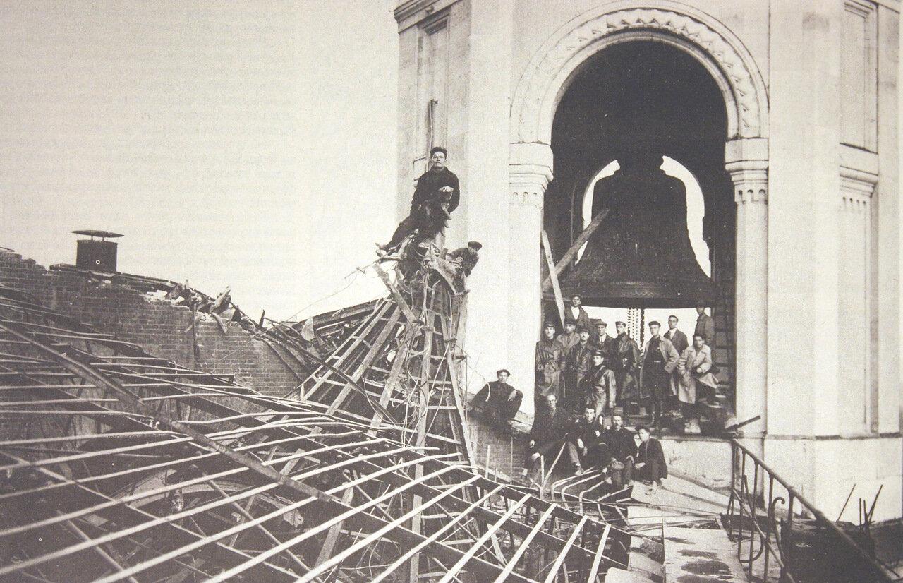 1931. Перед объективом фотокамеры рабочие и начальствующий состав, участвовавшие в в разборке Храма Христа Спасителя