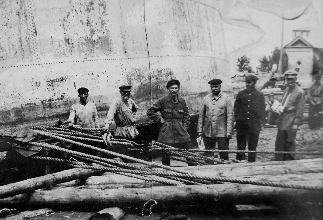 1928. Передвижка мазутного бака №3 с берега
