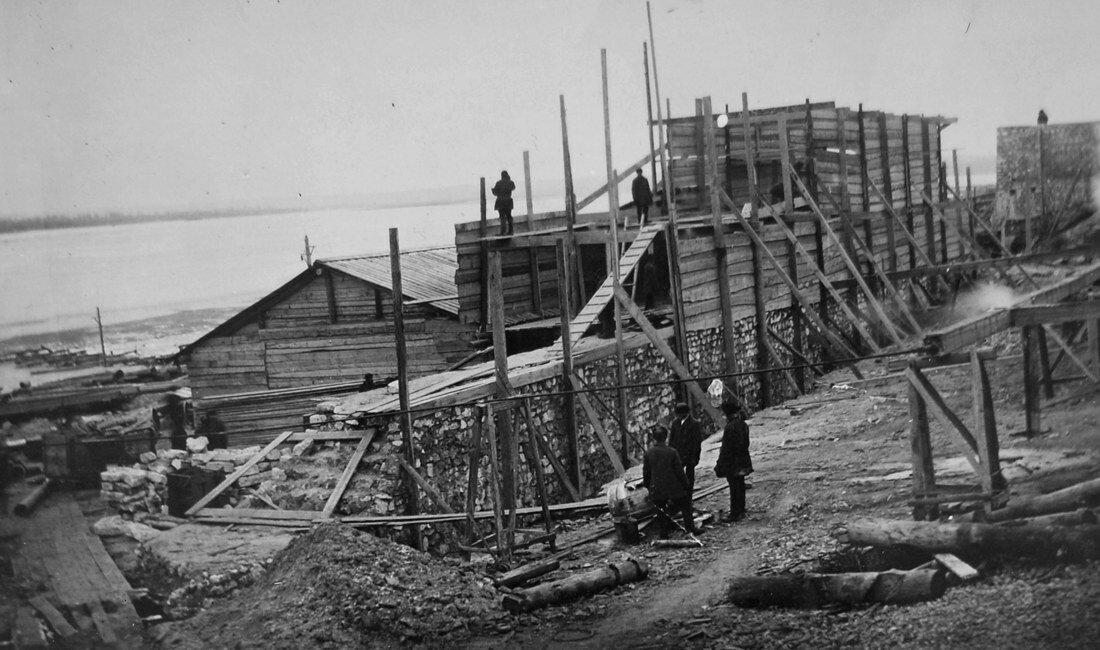 1931. Постройка тепляка над подпорной стенкой