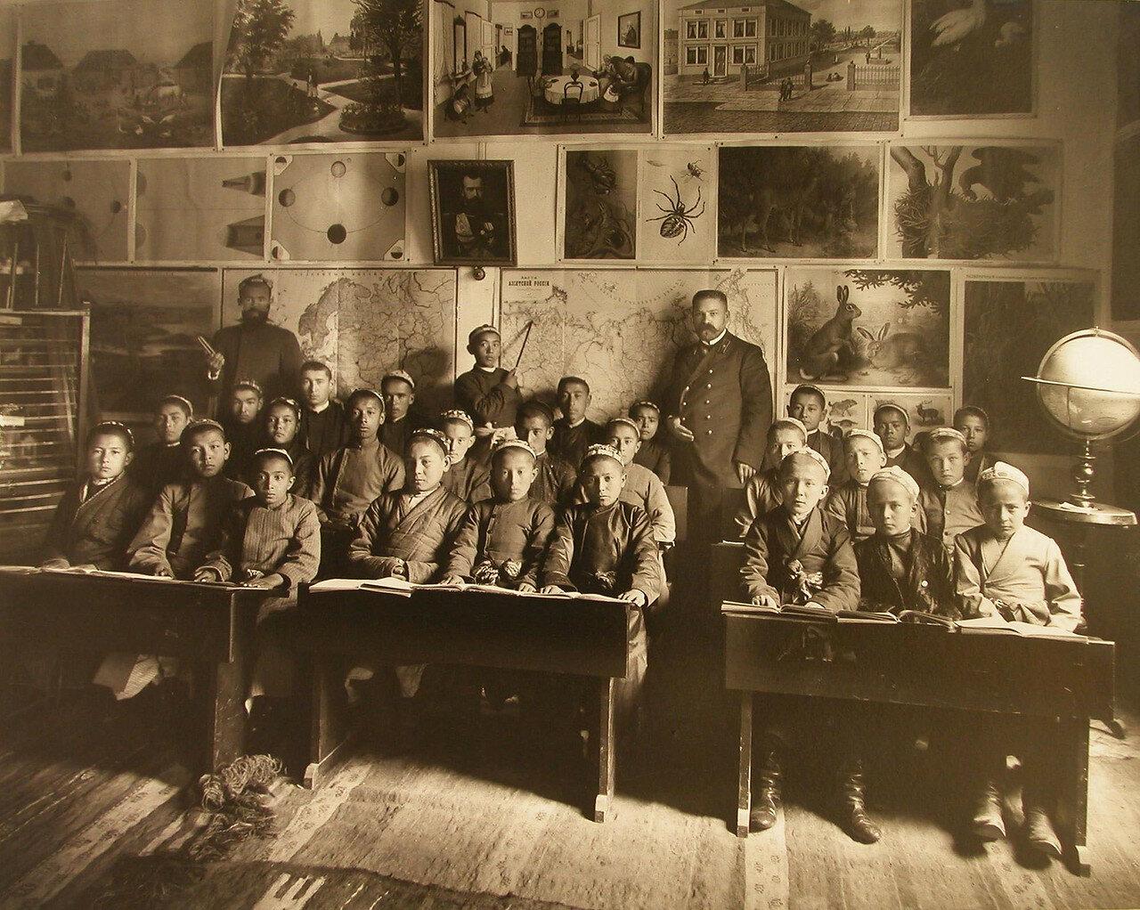 30. Ученики русско-туземного училища в отделе начальной школы