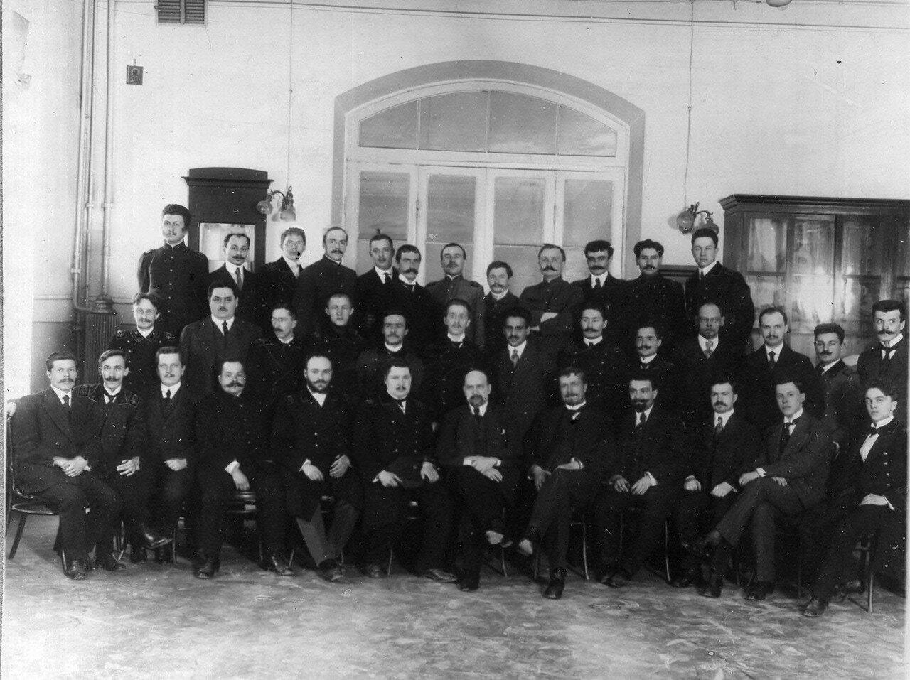 18. Группа студентов-выпускников и преподавателей в аудитории
