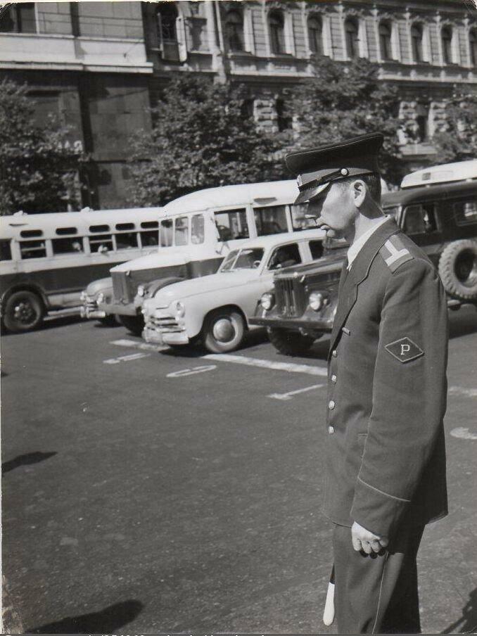 1957. Постовой