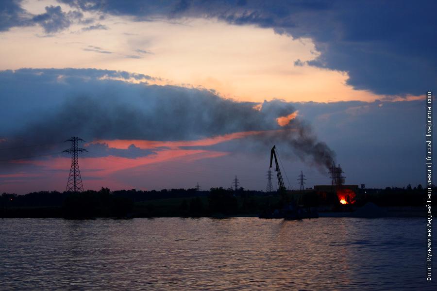 Правый берег Клязьминского водохранилища. Кто-то устроил жуткодымящий пожар